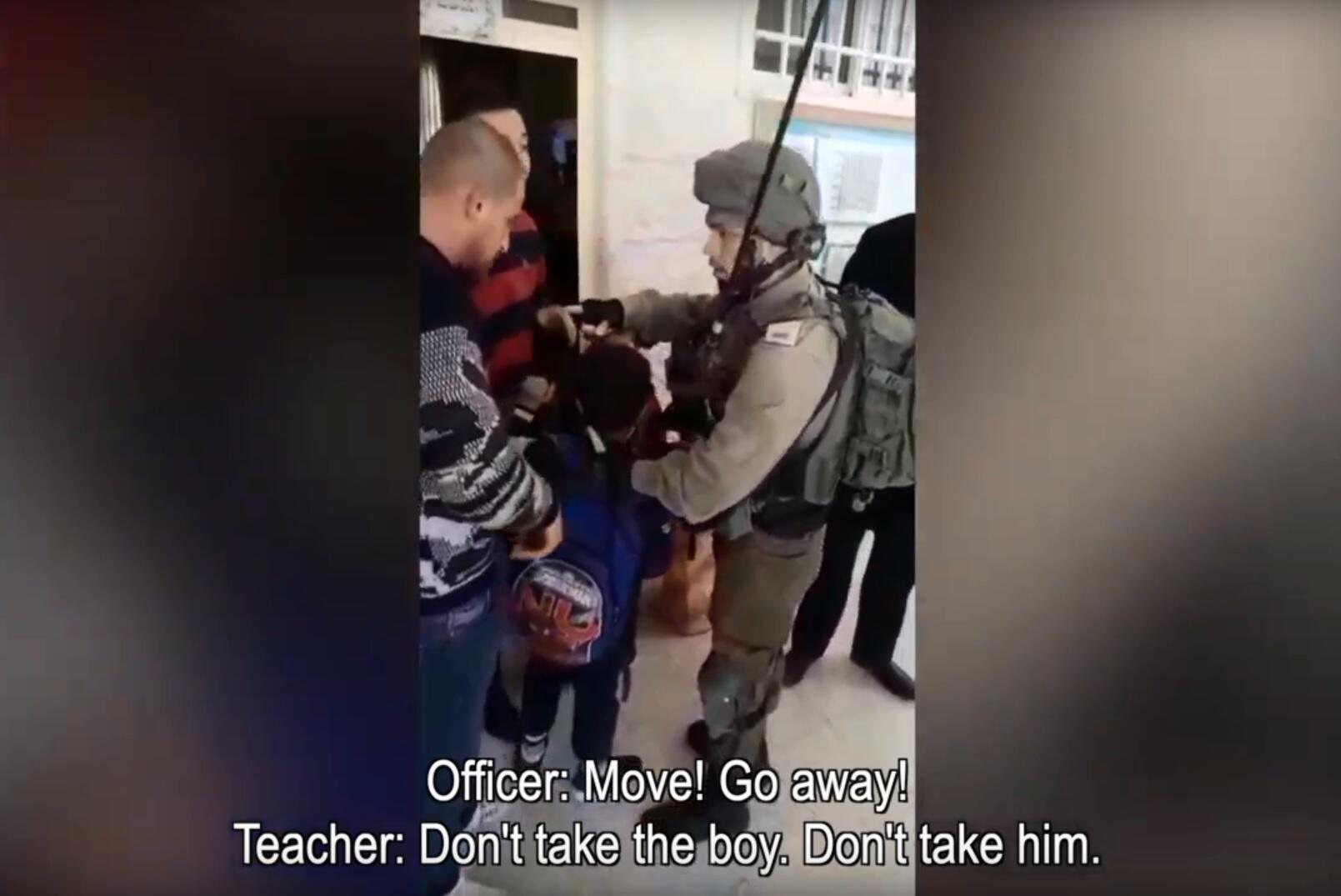 Capture d'écran de la vidéo montrant l'officier israélien tenant Yazan Idris, 9 ans, pour l'arrêter.