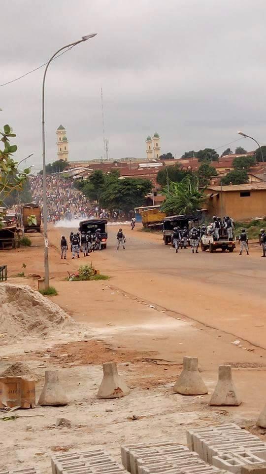 La police ivoirienne essaie de barrer la route aux manifestants qui tentent de se rendre dans les locaux de la CIE à Daloa le 20 juillet. (Photo : Page facebook de Spotboxlive.com)