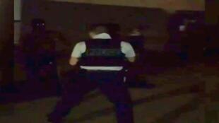 Image de la vidéo d'une rixe entre un jeune et un policier.