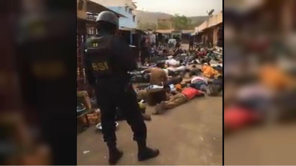 Un policier malien surveille les hommes contraints de s'allonger face au sol dans la rue à Bamako le 5 février 2018 - capture d'écran