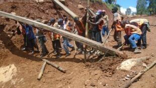 Des habitants bénévoles et des salariés d'une association congolaise travaillent à la rénovation d'une route entre Kalimba et Kiribata dans le Nord-Kivu. Photo PAP-RDC.