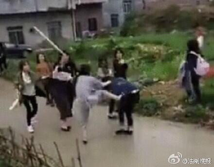 Des jeunes filles de la ville de Laibin se sont frappées à coups de barre de fer pour une sombre dispute sur Internet.
