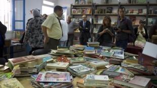 Distribution de livres au centre de réhabilitation pour filles mineures à Mghira, près de Tunis. Photo transmise par notre Observatrice Lina Ben Mhenni.