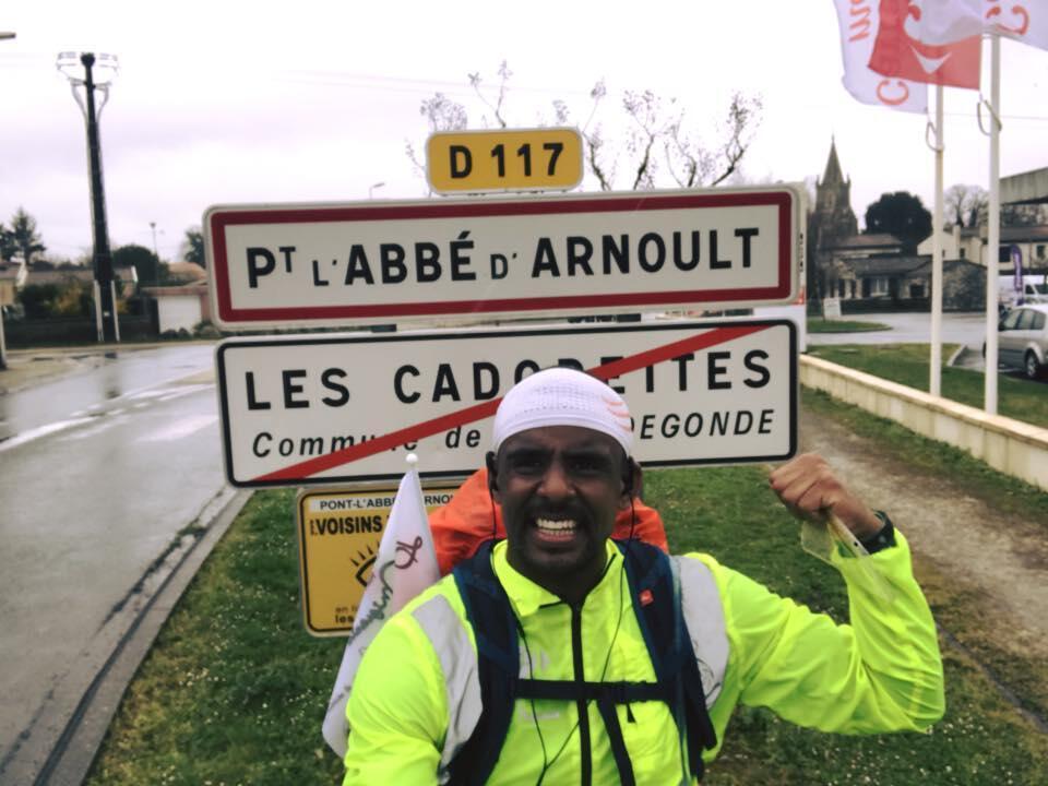 """André Belibi Eloumou, 31 ans, traverse la France, et bientôt l'Espagne, en direction du Maroc. Un périple de trois mois pour rendre hommage aux """"flux migratoires""""."""