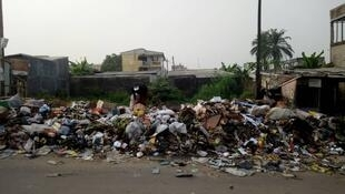 Douala croule sous les déchets. Photo prise près du quartier Santa Lucia le 4 janvier 2018. Crédit : Atome Blogueur.