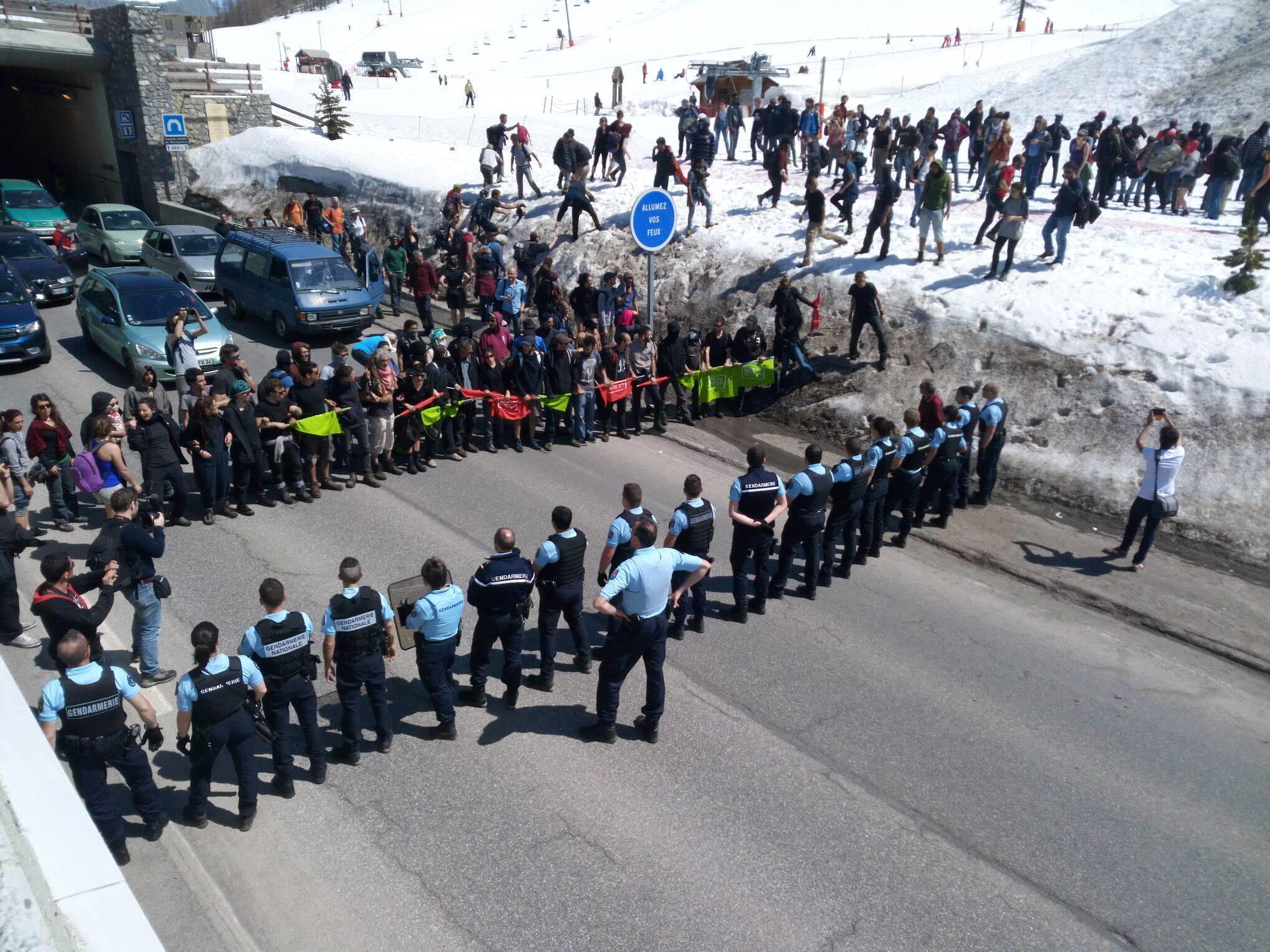 """ناشطون أثناء """"عبور التضامن"""" أمام طوق أمني في مونجنيفر الأحد 22 نيسان/أبريل. الصورة: لوكا بيرينو."""