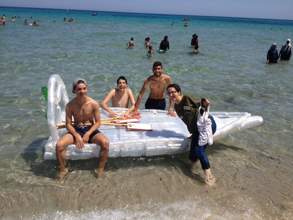 Des jeunes de Maâmoura posent avec leur bateau fabriqué avec des bouteilles en plastique recyclées. Photo publiée sur Facebook.