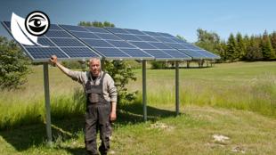 Un agriculteur de Samsø, avec des panneaux solaires installés dans ses champs.