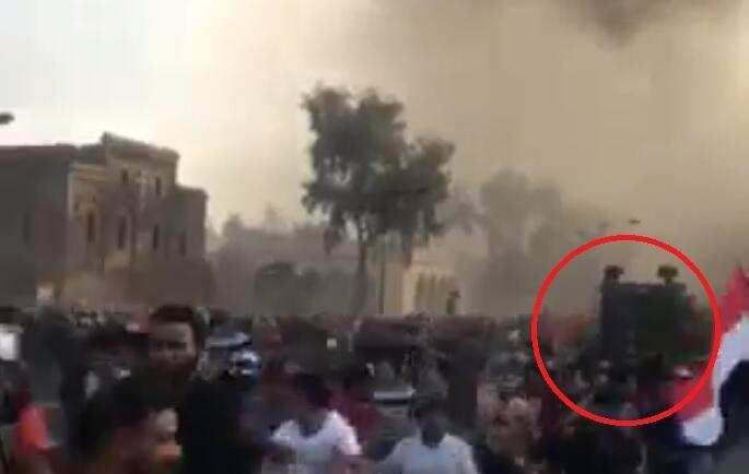 Capture d'écran d'une vidéo filmée par notre Observateur montrant un véhicule de la police antiémeute fonçant sur la foule.