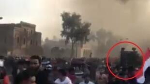صورة من شاشة فيديو صوره مراقبنا تظهر فيها مركبة قوات مكافحة الشغب وهي تداهم الحشود.