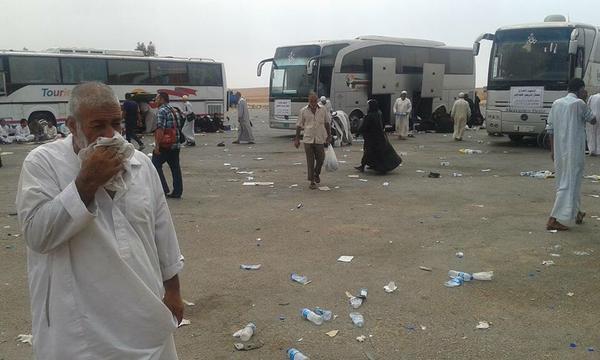 Les pèlerins de Mossoul arrêtés au bord de la route près de Karbala. Photo @zyaad_alsenjary.