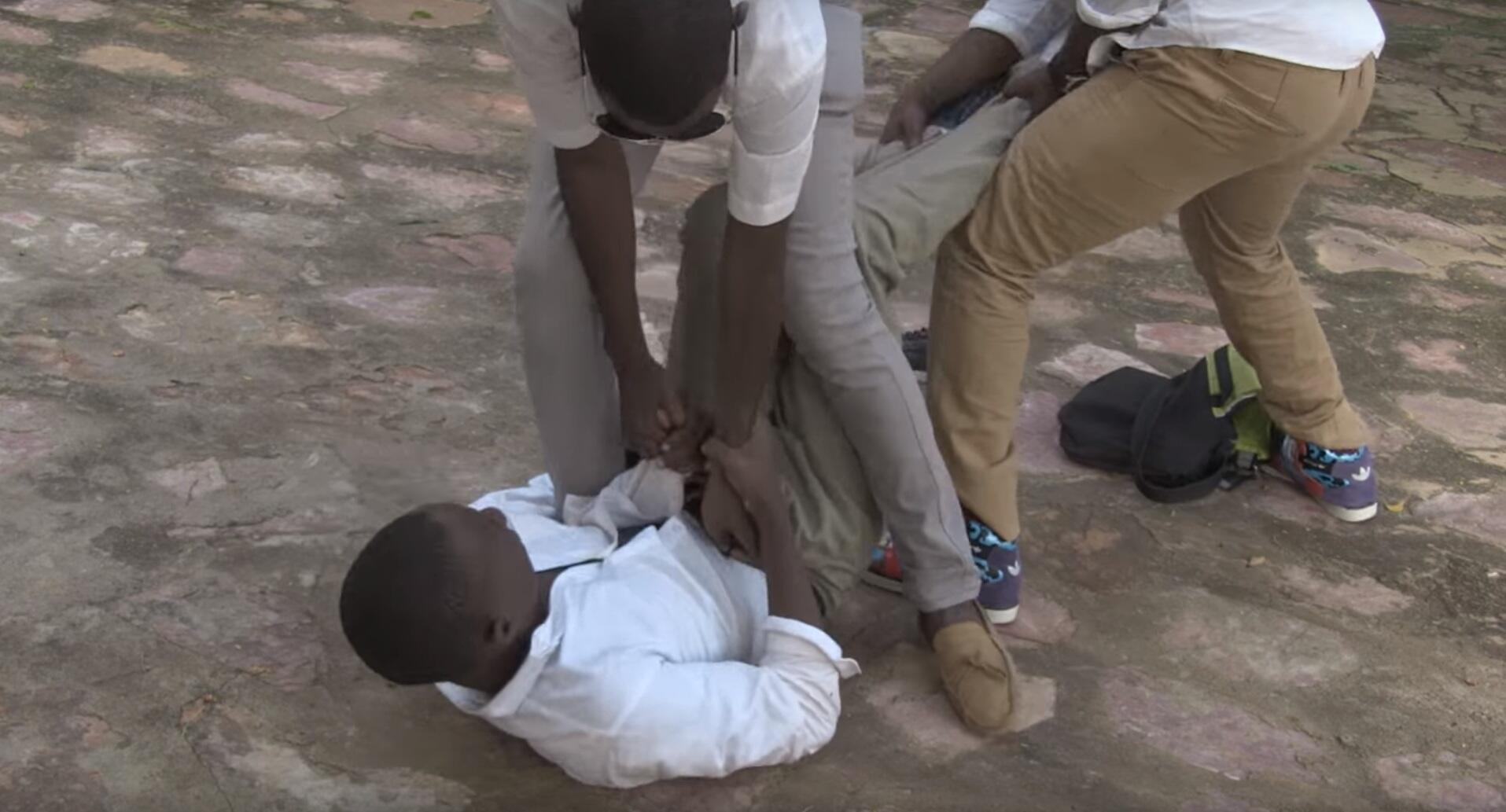 """Dans un court-métrage réalisé lors d'un atelier au Mali, un jeune homme homosexuel est violenté lors de la récréation dans son école. Capture d'écran vidéo """"les Ateliers du regard"""""""