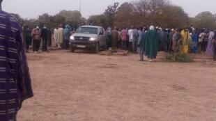 Photo prise lors de la cérémonie d'enterrement des victimes des violences le weekend du 11 février à Ké-Macina.