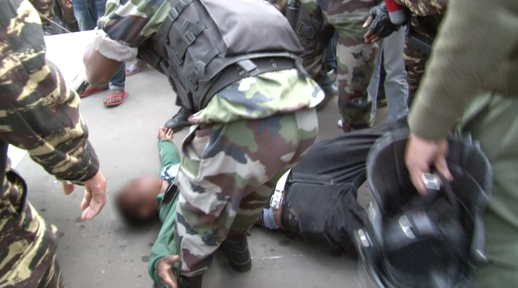Le leader étudiant malmené par une dizaines de gendarmes le jour de son arrestation. Capture d'écran de la vidéo de Madagate, floutée par France 24.