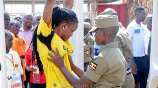 Des fans se sont insurgés des fouilles pratiqués par les forces de l'ordre à l'entrée d'un match de football en Ouganda. Mais l'histoire est toute autre.