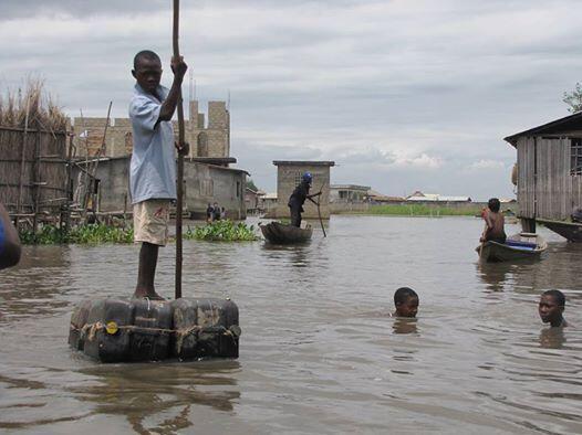 Les écoliers qui habitent sur le lac Nokoué redoublent d'ingéniosité pour aller à l'école. Photo : Maximin Djondo.