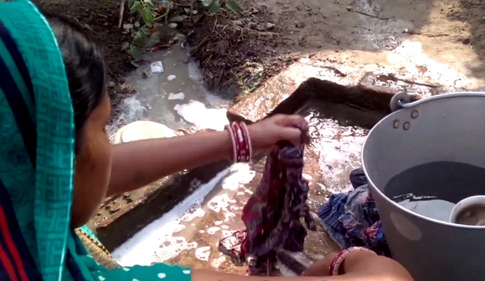 Une femme indienne nettoie des morceaux de tissu utilisés pendant les règles. Capture d'écran Video volunteers.