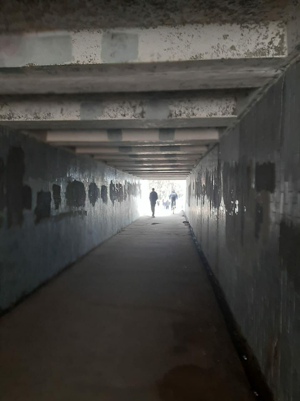 Une photo du tunnel avant sa rénovation, gris, sombre et les murs en mauvais état, a été publiée sur le site du collectif My tut.