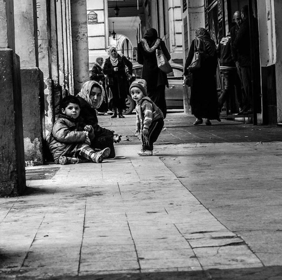 """Une femme et ses deux enfants dans les rues d'Alger. """"Je les croise toujours au même endroit"""", raconte Islem Haouati. Toutes les photos sont publiées sur sa page Facebook """"Ô pays, raconte-moi tes misères""""."""