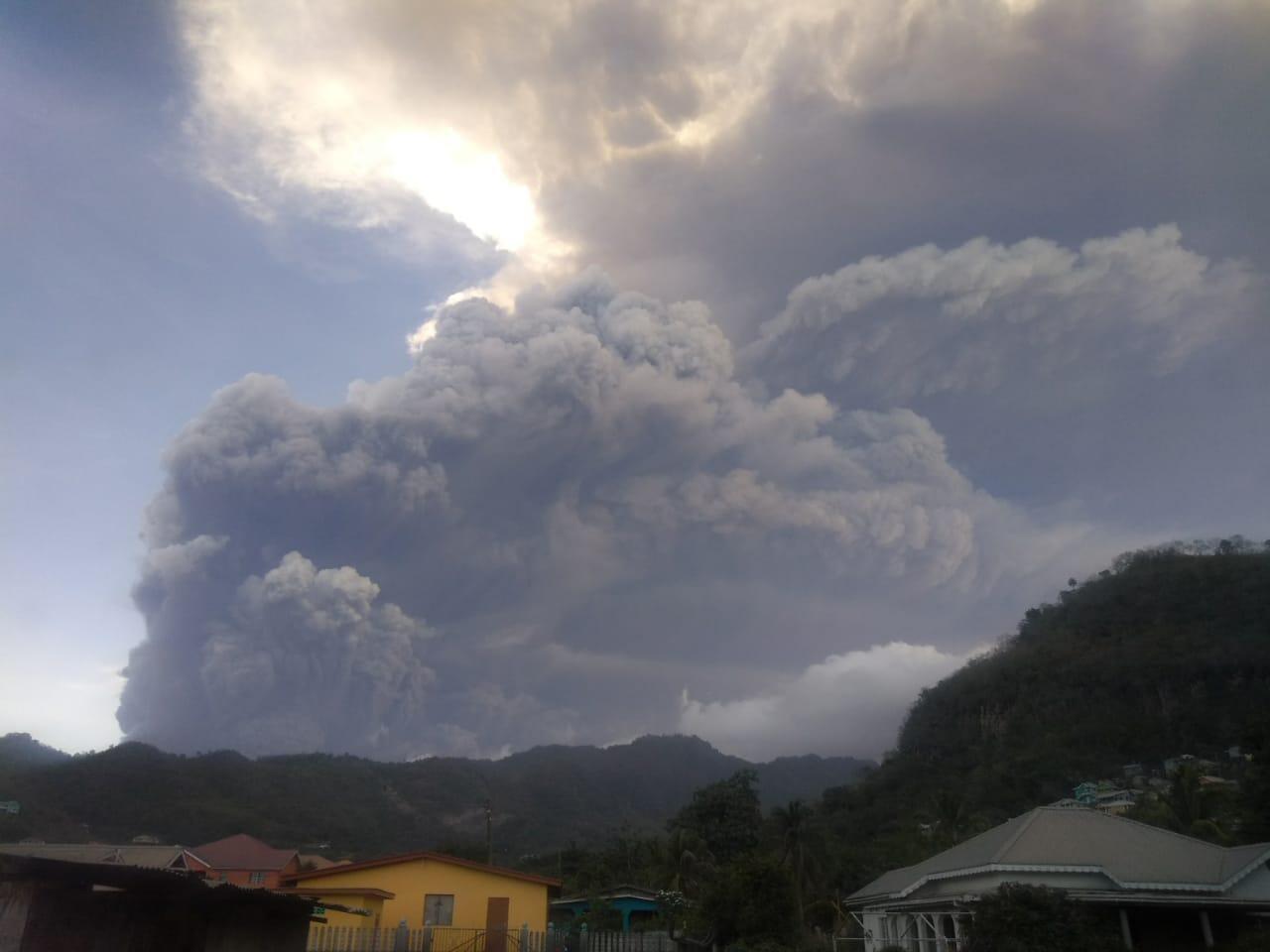 Photo de l'explosion du volcan de la Soufrière mardi 13 avril au matin.