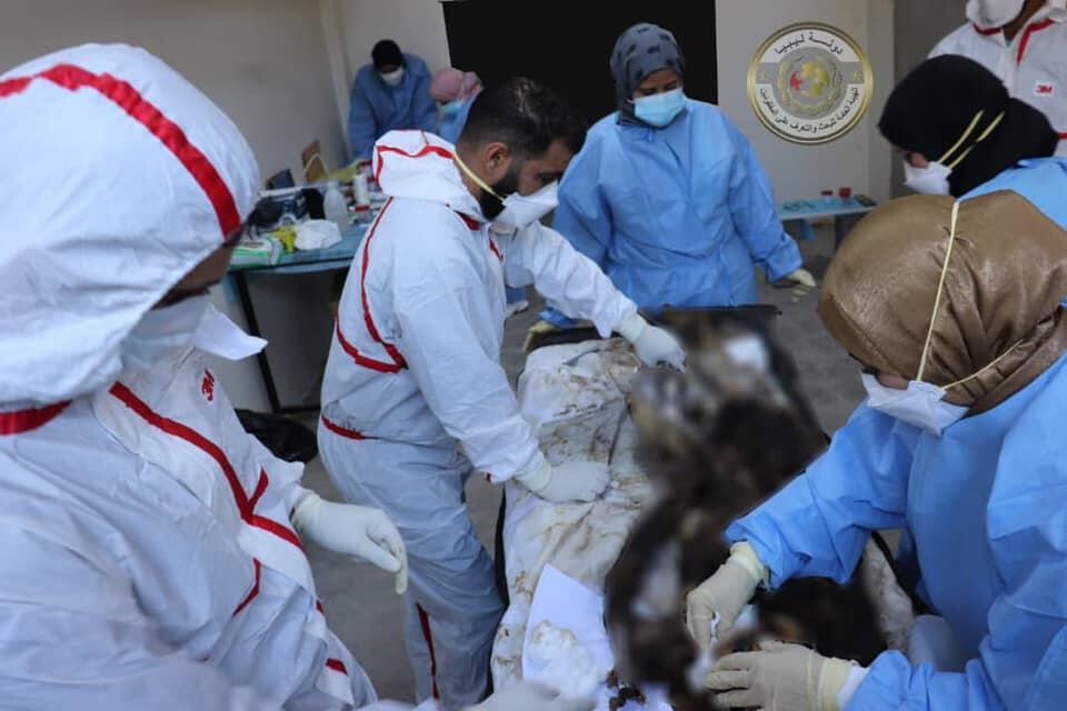 Analyse ADN pratiquée sur un cadavre exhumé à Tarhouna, le 15 mars, à l'hôpital universitaire de Tripoli.