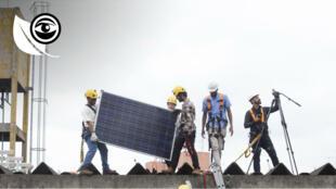 """Installation de panneaux solaires dans une école de São Paulo, dans le cadre de la formation des """"multiplicateurs solaires"""" de Greenpeace. Crédit : Greenpeace / Paulo Pereira."""