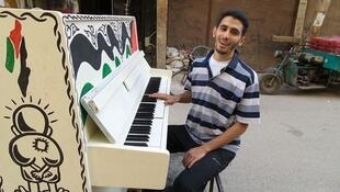 Ayham Ahmed et son piano à Yarmouk. Image postée sur Facebook.