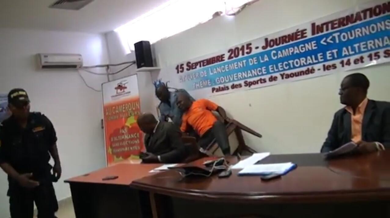 """Un policier tente d'interpeller un participant à la réunion du collectif """"Démocratie citoyenne"""" à Yaoundé le 15 septembre."""