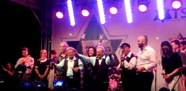 """Reuwen """"Ruby"""" Sosnowicz et Saul Dreier lors de leur concert à Varsovie, mardi 27 juillet. Vidéo publiée sur YouTube par  Marek Tatała ."""