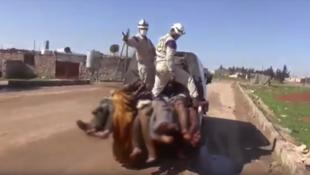 """Capture d'écran d'une vidéo affirmant que les casques blancs """"collaborent avec des groupes armés""""."""