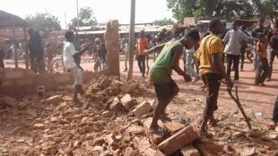 Des enfants de Ouahigouya, ville du nord du Burkina Faso, participent à la destruction du siège du CDP, parti fondé par Blaise Compaoré. Photo Abdoul Aziz Sawadogo.