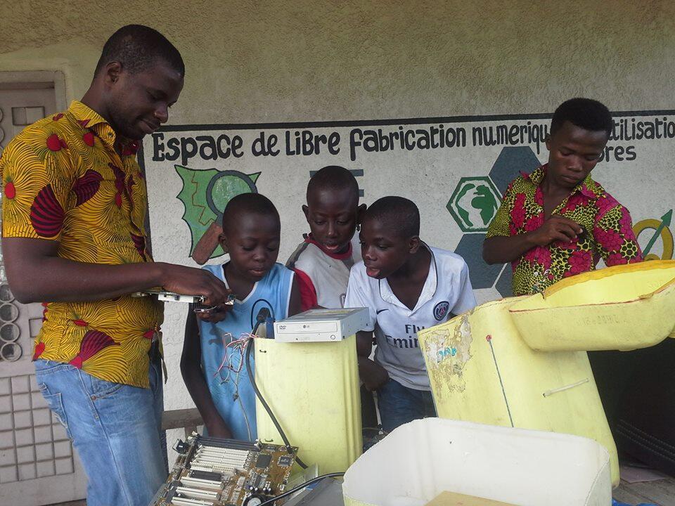 """Atelier destiné aux enfants au """"Baby Lab"""" d'Abidjan. Photo publiée sur la page Facebook du """"Kid Lab""""."""