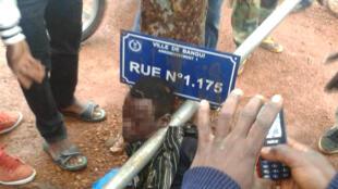 Un homme a été appréhendé par la foule et tabassé à Bangui dans le 3e arrondissement car il transportait une plaque de rue du 1er arrondissement. Photo Oliveira Image.