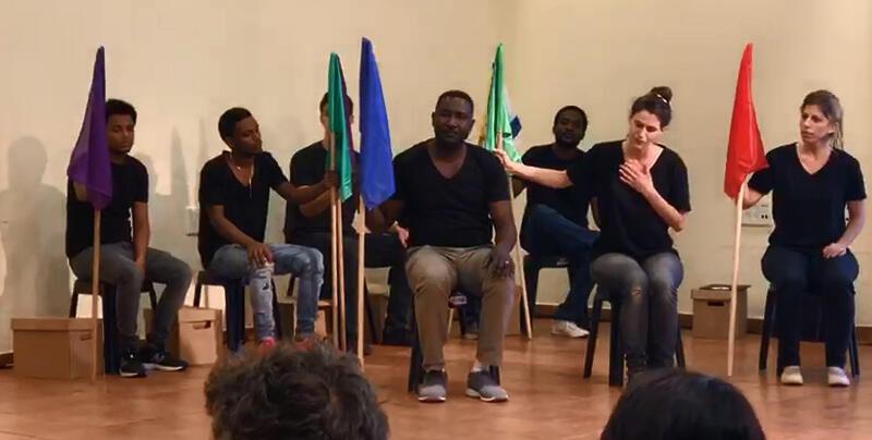 Un spectacle de la troupe du Holot Theatre, le 12 mai 2018 à Shefayim, en Israël. Crédit: Doron Lev / capture d'écran.