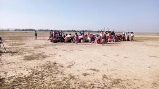 Un groupe de Rohingyas prend la fuite via le désert.