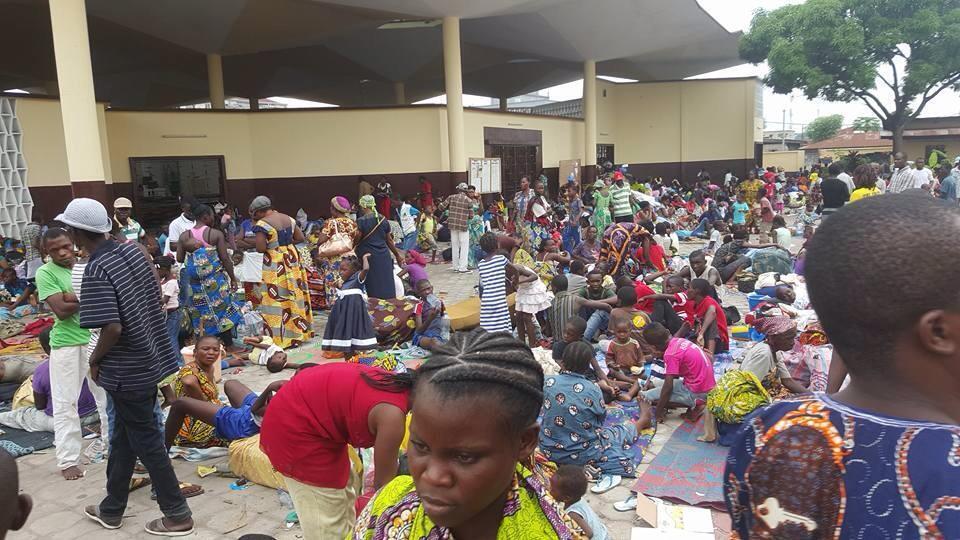 Près de 800 personnes ont trouvé refuge dans la cour de l'Église de Moungali. Photo envoyée par un Observateur.