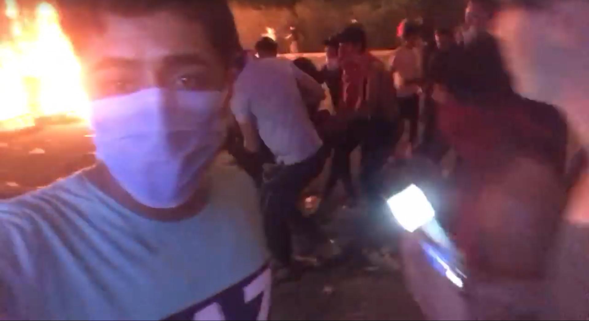 Dans cette vidéo, Dhargham Zenki montre un manifestant soulevé par d'autres et affirme qu'il a été blessé par des balles réelles.