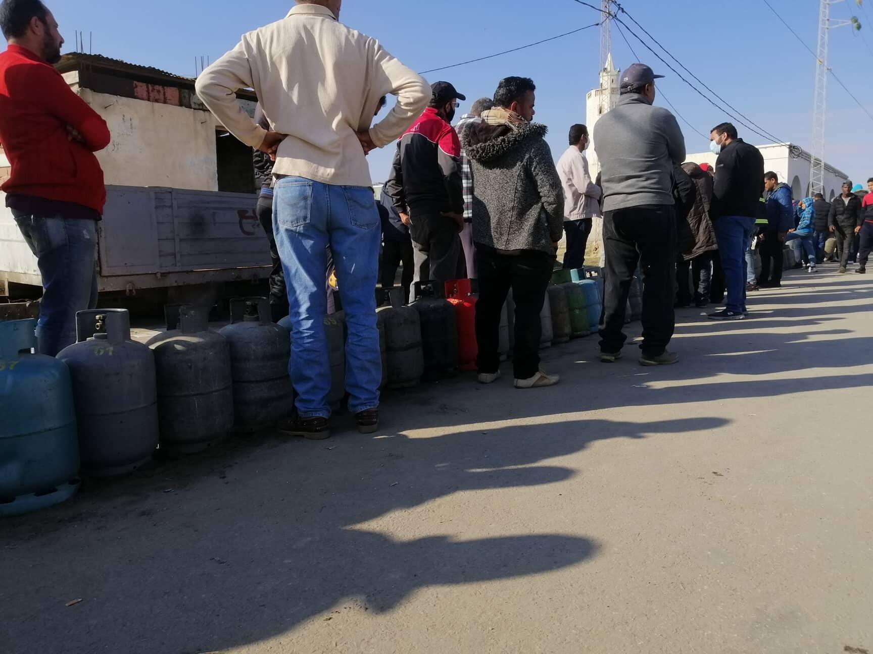Files d'attente devant un point de vente de bouteilles de gaz domestique à Gabès, le 24 novembre 2020. Photos envoyées par notre Observateur.