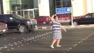 Un jeune adolescent de 14 ans a dansé la Macarena sur la route à Jeddah à un feu rouge. Il a été arrêté et transféré devant la justice saoudienne.