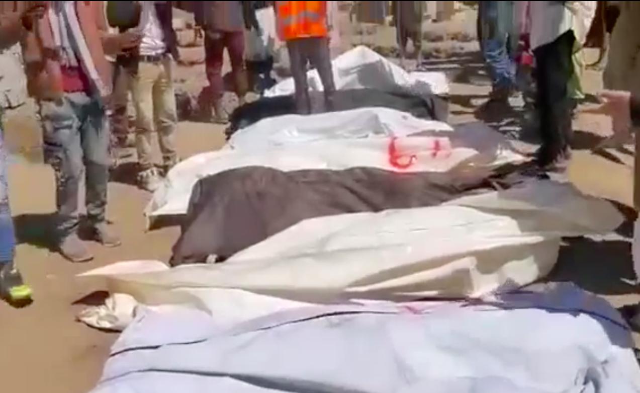 L'enterrement des victimes du centre du détention incendié à Sanaa qui s'est tenu le 12 mars 2021.