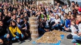 """Le collectif """"Leo not Happy"""", le 22 avril pendant une collecte de mégots de cigarettes. Photo : DHF Photography, page Facebook de Leo not Happy."""