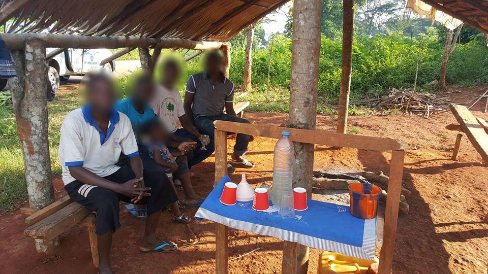 De l'odontol se trouve dans cette bouteille en plastique. Photo prise par Roger Etoa, à Doumé, dans le département du Haut-Nyong, dans la région de l'Est, début novembre, floutée par France 24..