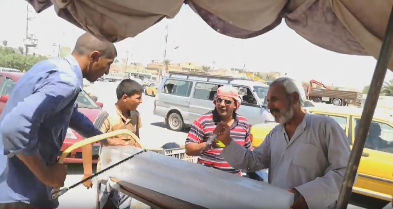 Des vendeurs de blocs de glace à Diwaniya le 28 juillet. (Capture d'écran de la vidéo de Tahseen Al-Zarkani)