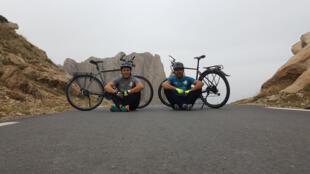Achour Aghroud et Imad Idjennadene font le tour de l'Algérie à vélo. Crédit photo : L'Algérie à Vélo / Facebook.