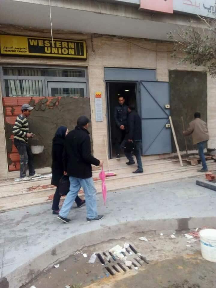 Cette agence de la banque tunisienne Attijari, dans la banlieue de Tunis, a été murée pour éviter les pillages, selon plusieurs internautes. Source : Facebook