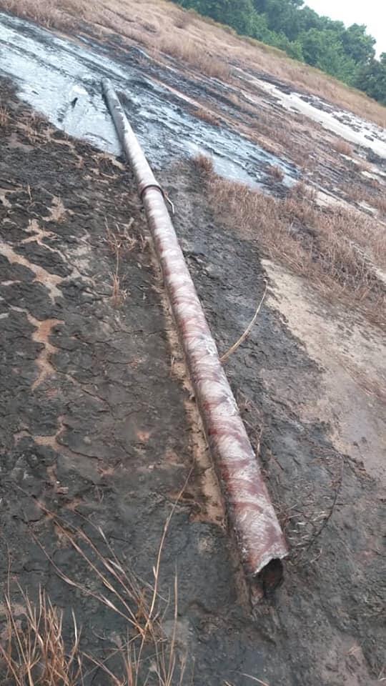 Residents of Étimboué say that this pipeline, which is old and in poor condition, leaked oil.