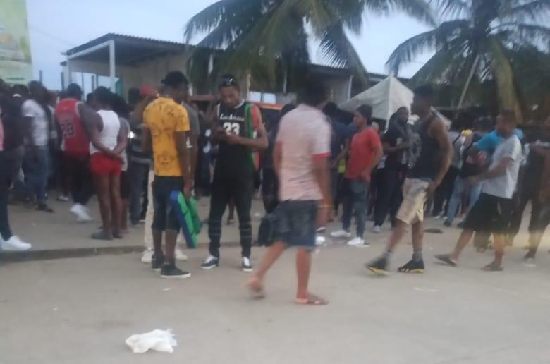Des migrants patientent pour acheter un ticket de bateau, à Necoclí.
