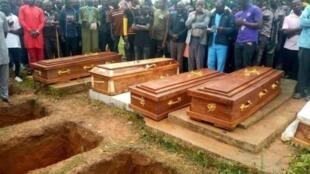 Cette photo a été prise lors des funérlles des victimes de l'attaque meurtrière contre le village de Gora Gan, le 20 juillet. (PHOTO : Twitter/Steven Kefason)