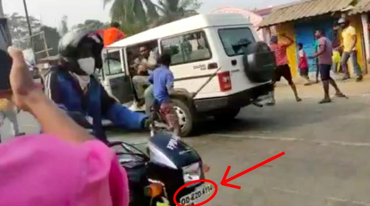 """La plaque """"OD"""" indique que cette moto est immatriculée dans l'État d'Odisha."""