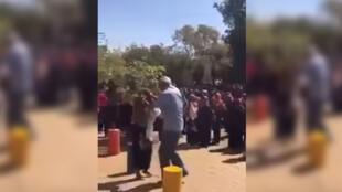 Capture d'écran d'une vidéo montrant le doyen d'une université à khartoum frapper des étudiantess.